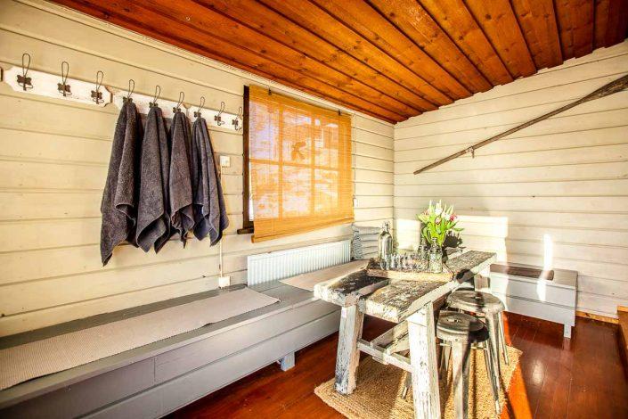 Kodikas pukuhuone, jossa voi nauttia jälkilöylyistä